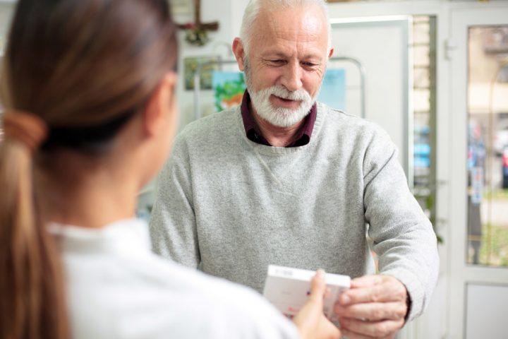 Mann erhält in der Apotheke Cholesterinserker