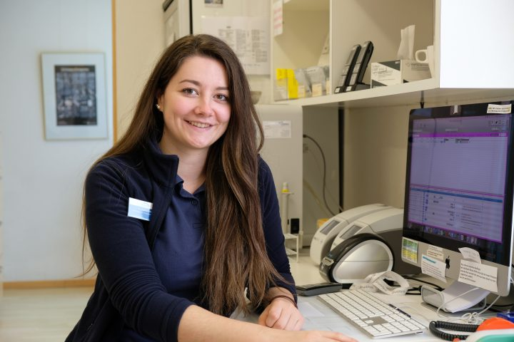 Die medizinische Praxisassistentin Noemi Zumbrunn erzählt aus ihrem Berufsalltag in der Praxis am Bahnhof in Rüti