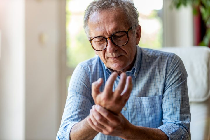 Gicht - wer immer wieder an Gelenkschmerzen leidet, sollte sich darauf untersuchen lassen